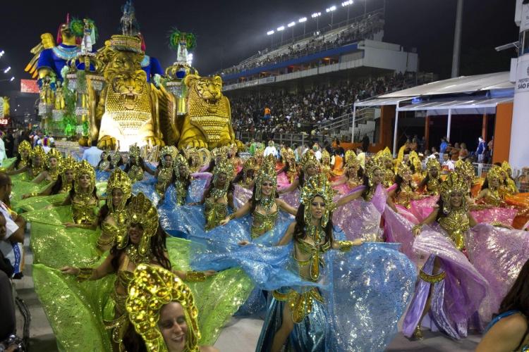 10.fev.2013 - Com 27 alas e mais de 3.000 integrantes, a Império de Casa Verde encerrou o Carnaval de São Paulo