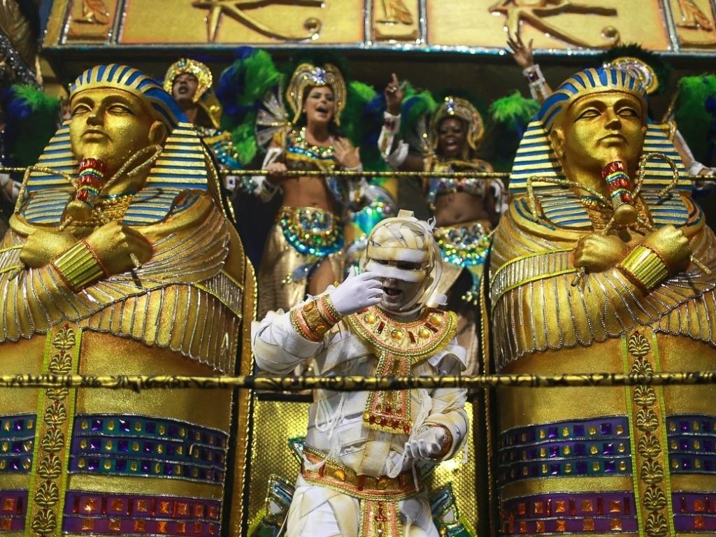 10.fev.2013 - Com múmias e sarcófagos, ala mostra a técnica de medicina desenvolvida pelos egípcios. A Império foi a última escola a passar pelo Sambódromo do Anhembi em São Paulo.