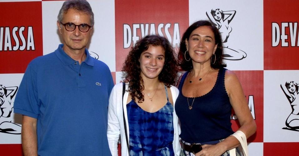 10.fev.2013 - Com o marido Iwan Figueiredo e a filha Giulia, Lilia Cabral busca seu kit para o camarote Devassa, no Rio de Janeiro