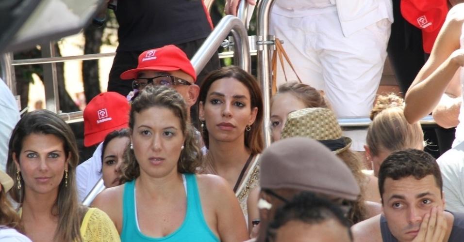 10.fev.2013 - Espremida entre o público, a modelo Lea T assiste show de Ivete Sangalo no bloco Coruja no circuito Campo Grande, em Salvador