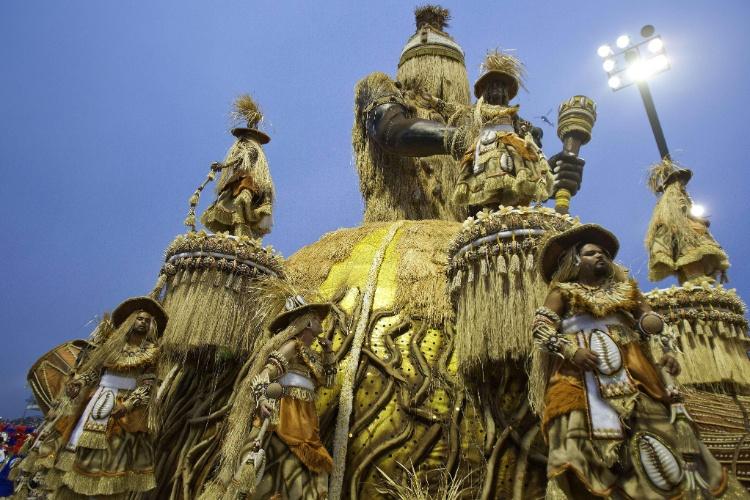 10.fev.2013 - Evolução da medicina foi um dos temas abordados no samba-enredo da Império de Casa Verde.