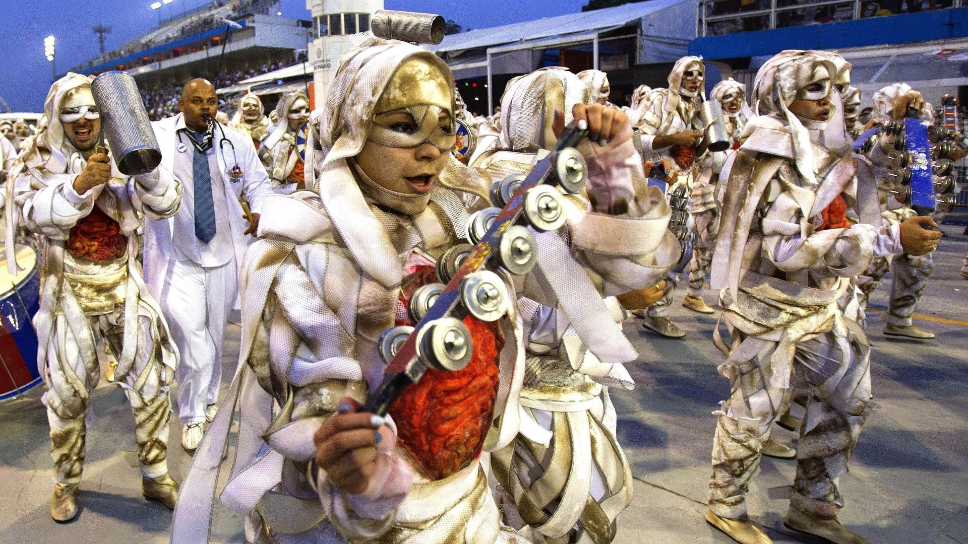 10.fev.2013 - Fantasiados de múmias, integrantes da bateria da Império de Casa Verde fecharam os desfiles no Sambódromo do Anhembi em São Paulo