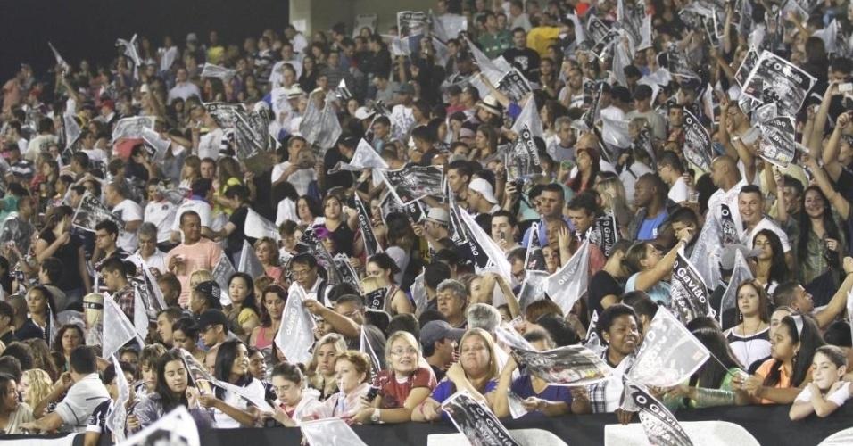 10.fev.2013 - Foliões e torcedores do Corinthians se agitam com a passagem da Gaviões da Fiel