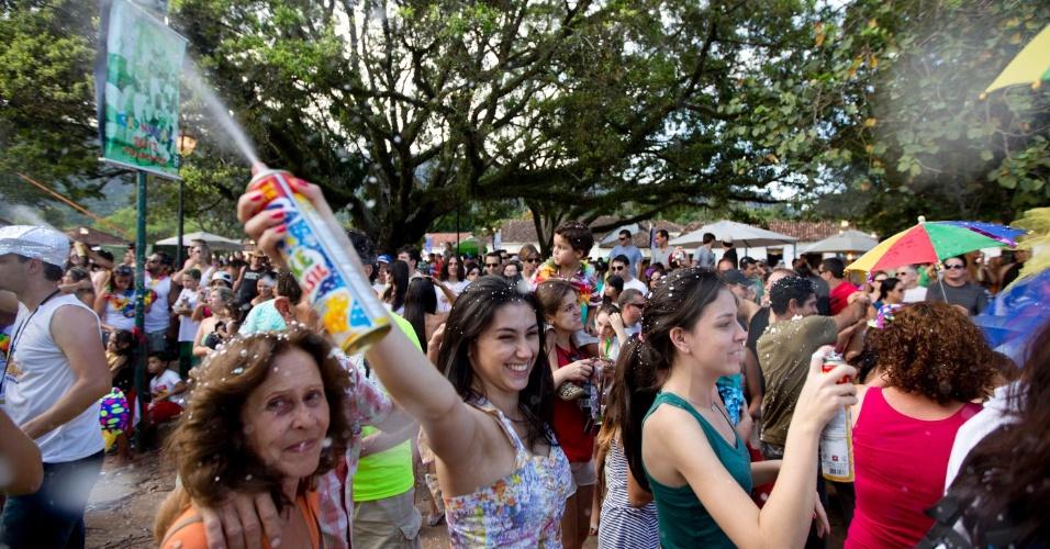 10.fev.2013 - Foliões participam do Bloco Saia do Casulo em Tiradentes (MG). O bloco se concentrou em frente à Igreja Matriz de Santo Antonio e desfilou até o centro histórico