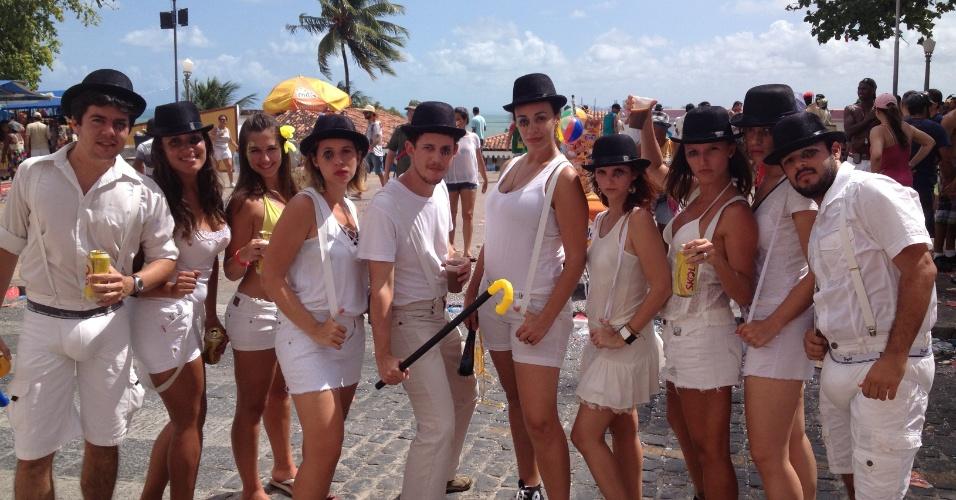 10.fev.2013 - Grupo de foliões curte o Carnaval de Olinda fantasiados de Alex do filme