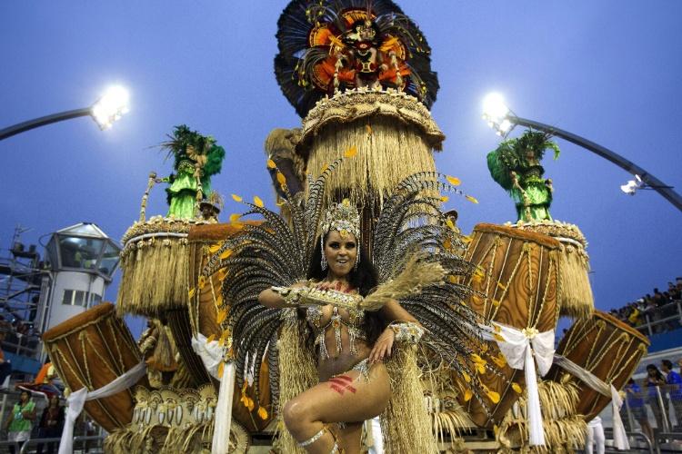 """10.fev.2013 - Império de Casa Verde presta homenagem a """"todos os tipos de cura"""", como diz o carnavalesco Alexandre Lousada. A Império foi a última escola a passar pelo Sambódromo do Anhembi em São Paulo."""