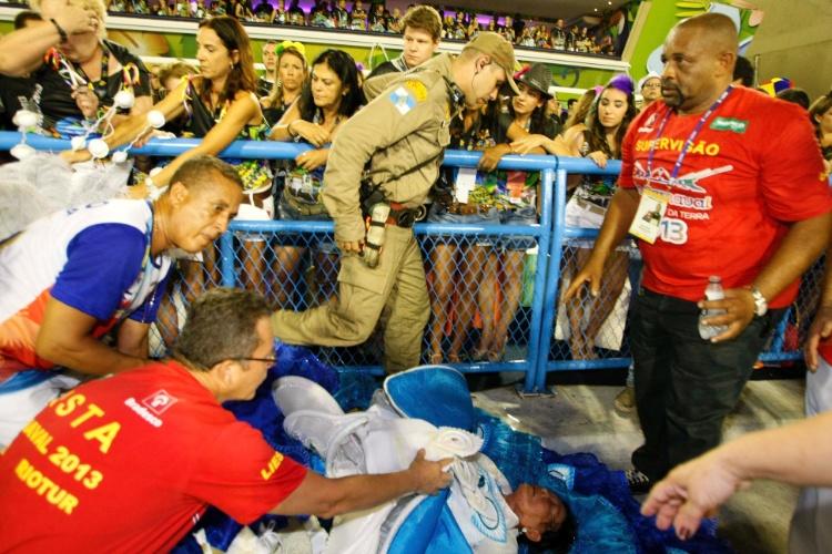 10.fev.2013 - Integrante da ala das baianas passou mal durante o desfile da Inocentes de Belford Roxo no Rio de Janeiro