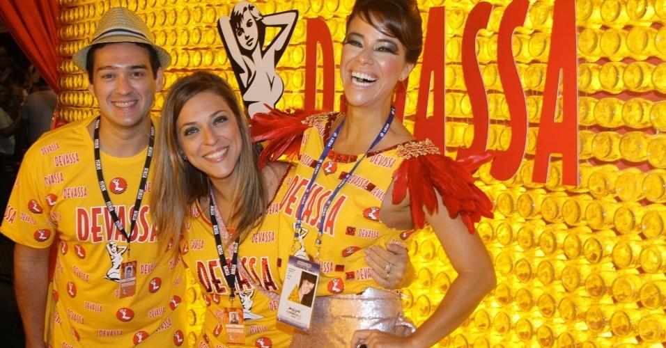 10.fev.2013 - Marcos Veras, Julia Rabello e Mia Mello chegaram cedo ao Camarote Devassa
