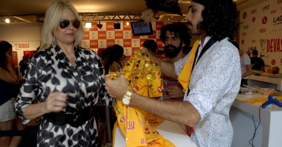 10.fev.2013 - Monique Evans busca seu kit para o camarote Devassa, no Rio de Janeiro