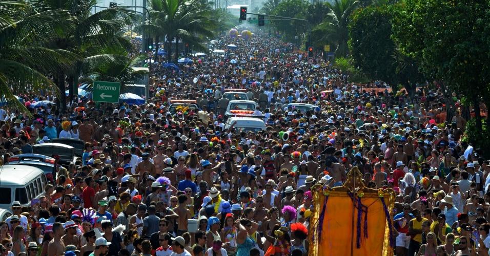 10.fev.2013 - Multidão acompanha bloco pelas ruas do Rio de Janeiro