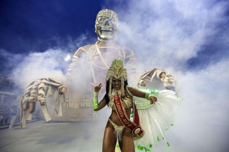 10.fev.2013 - Musa da Império da Casa Verde requebra em frente a carro alegórico decorado com uma múmia gigante, que mostra a técnica de medicina desenvolvida pelos egípcios