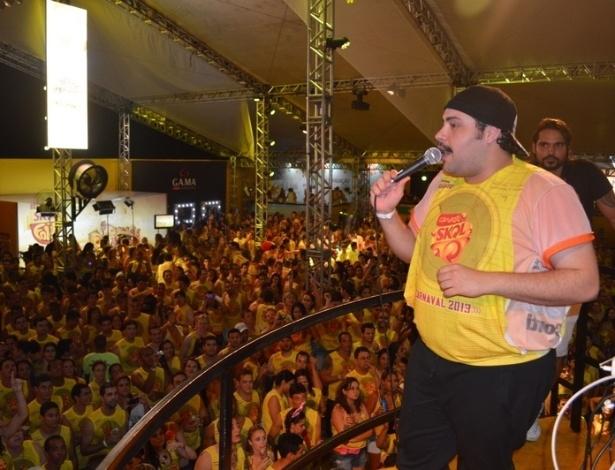 10.fev.2013 - O ator Tiago Abravanel canta