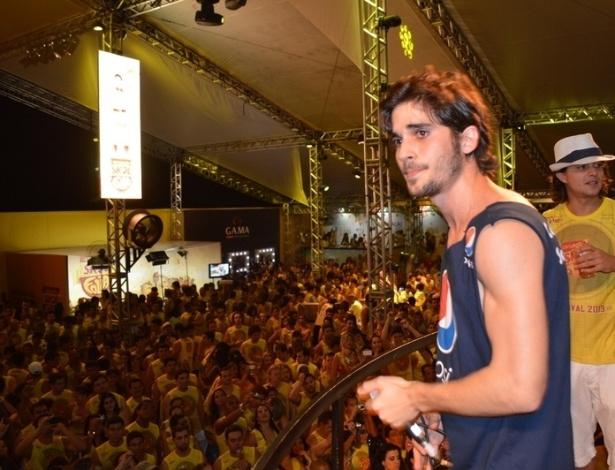 10.fev.2013 - O cantor entoa seus sucessos e conversa com a multidão