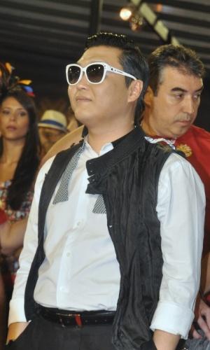 10.fev.2013 - O cantor sul-coreano Psy assiste aos desfiles do grupo de acesso do Rio de Janeiro na frisa da Marquês de Sapucaí