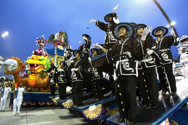 10.fev.2013 - O desfile da Império de Casa Verde mostra a evolução da medicina oriental, com curas desenvolvidas na Índia e na China.