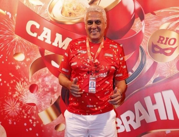 10.fev.2013 - O ex-jogador e presidente do Vasco, Roberto Dinamite, prestigia o Carnaval do Rio no Camarote Brahma mesmo com o pé machucado