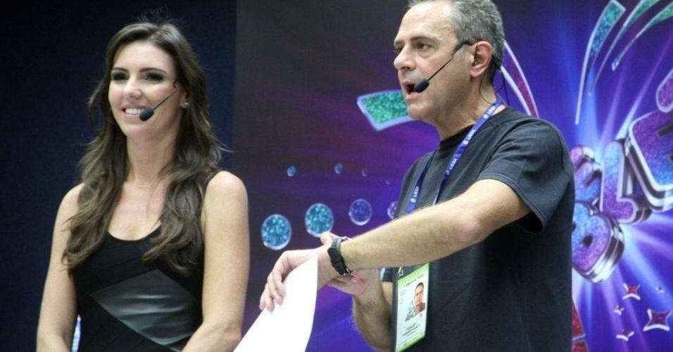 10.fev.2013 - Os apresentadores Glenda Koslowski e Luis Roberto preparam-se para a transmissão do Carnaval na Globo