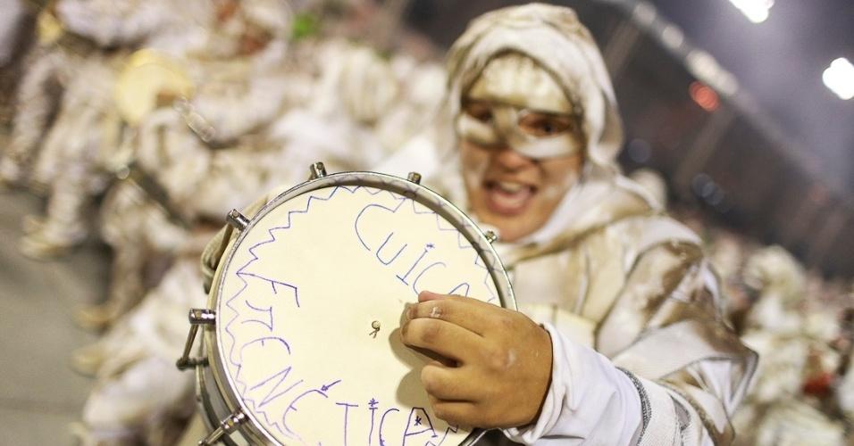 10.fev.2013 - Os integrantes da bateria da Império de Casa Verde vestiram fantasias de múmias.