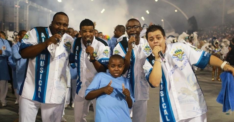 10.fev.2013 - Os puxadores de samba da Império de Casa Verde cantaram para alegrar os foliões do Sambódromo do Anhembi em São Paulo