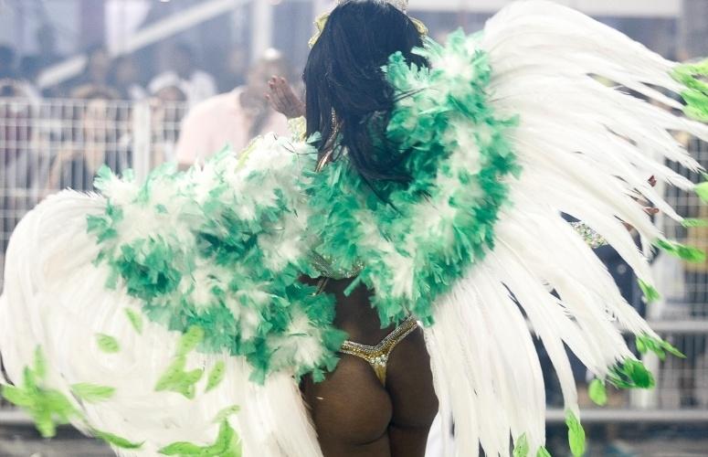 10.fev.2013 - Passista da Império de Casa Verde requebra no último desfile das escolas paulistas no Sambódromo do Anhembi.