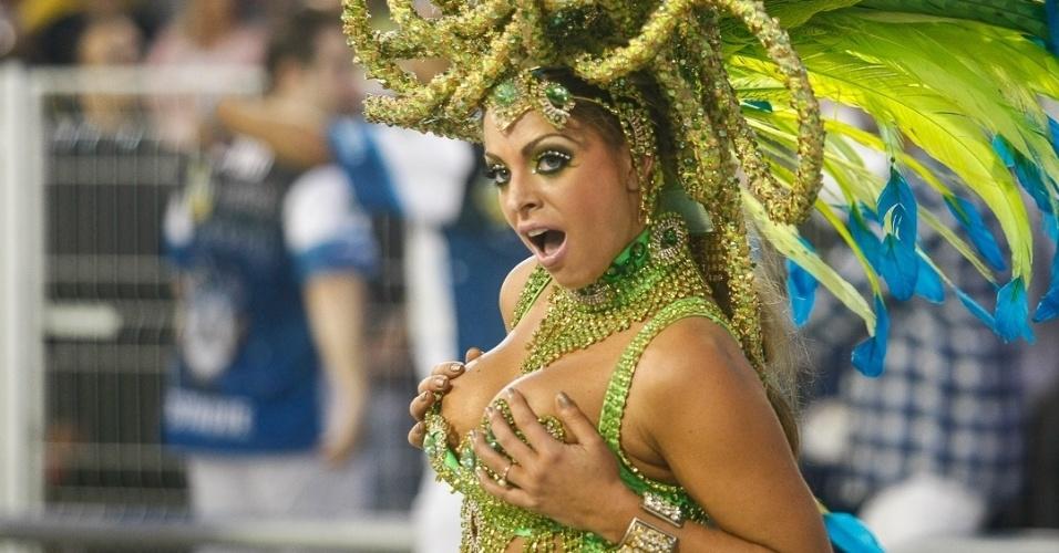 10.fev.2013 - Passista samba com euforia no desfile da Império de Casa Verde. Escola foi a última a passar pela passarela do Sambódromo do Anhembi.