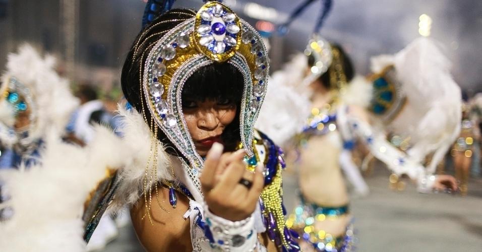 10.fev.2013 - Passista sorri no desfile da Império de Casa Verde. Escola da Zona Norte de São Paulo busca seu terceiro título no Grupo Especial.