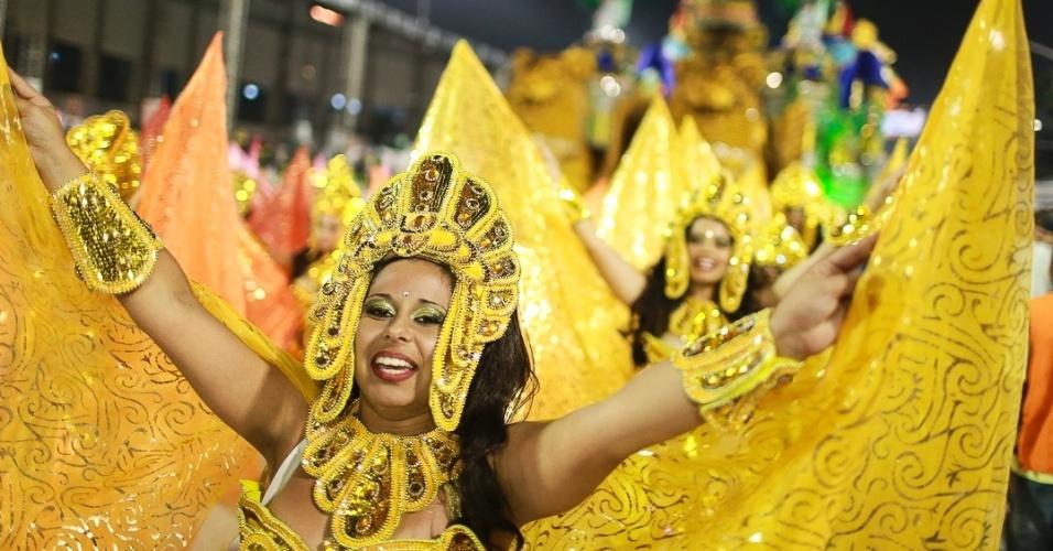 10.fev.2013 - Passistas da ala Deusa Isis sorriem no desfile da Império de Casa Verde. Escola da Zona Norte de São Paulo busca seu terceiro título no Grupo Especial.