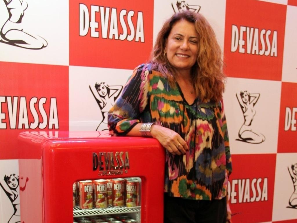 10.fev.2013 - Patrycia Travassos busca seu kit para o camarote Devassa, no Rio de Janeiro