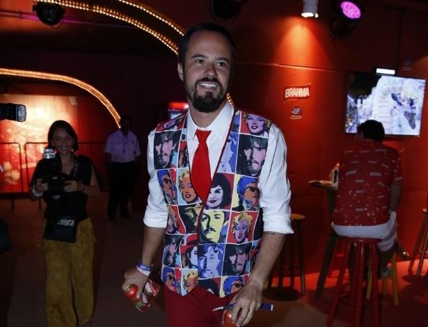10.fev.2013 - Paulinho Vilhena busca cervejas para os amigos no Camarote da Brahma