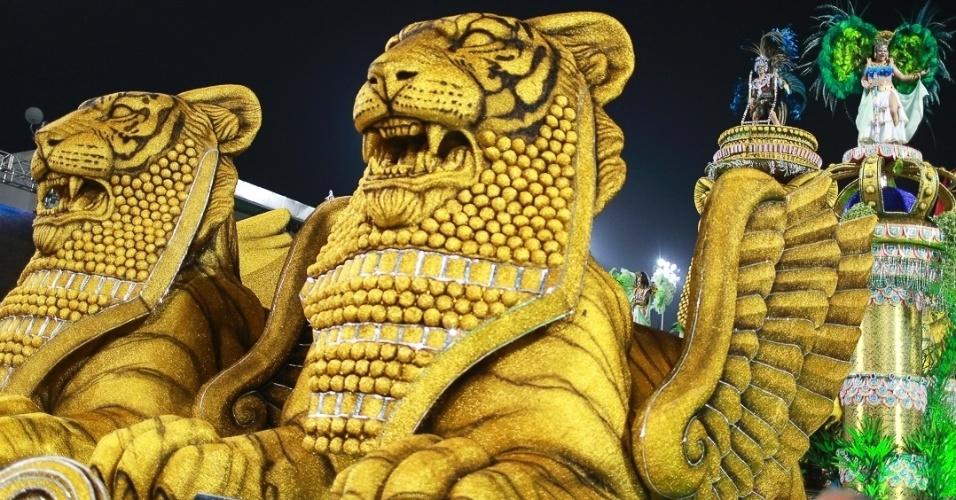 10.fev.2013 - Representando os Jardins da Babilônia, carro alegórico da Império de Casa Verde mostra a medicina dos tempos antigos. Escola encerrou o Carnaval de São Paulo.