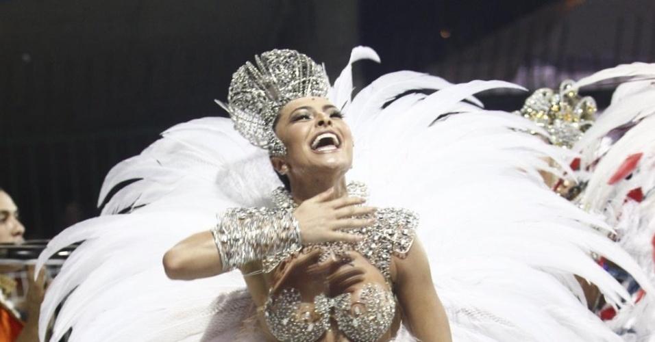 10.fev.2013 - Sabrina Sato mostra seu gingado como rainha da bateria na Gaviões da Fiel