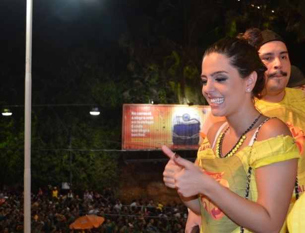 10.fev.2013 - Simpática, Giovanna interage com a multidão, no Camarote Skol de Salvador