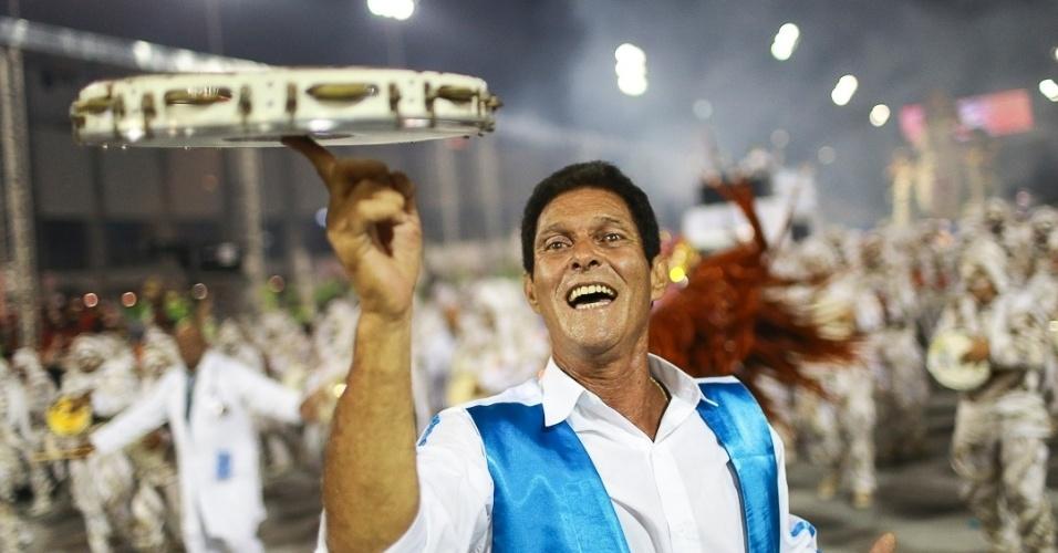 10.fev.2013 - Um dos integrantes da bateria da Império de Casa Verde. A escola foi a última a desfilar no Carnaval de São Paulo.