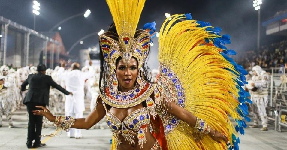 10.fev.2013 - Valeska Reis, rainha da bateria, mostra que sabe alegrar o povo que esperou até o último momento para sair do Sambódromo do Anhembi.