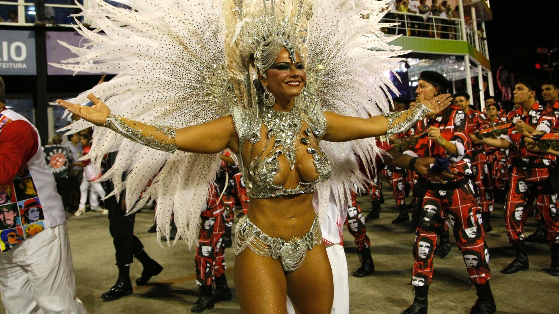 10.fev.2013 - Viviane Araújo durante a concentração da Salgueiro; sua fantasia custou R$ 200 mil, a mais cara que já usou