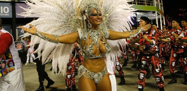 10.fev.2013 - Viviane Araújo durante o desfile do Salgueiro na Sapucaí