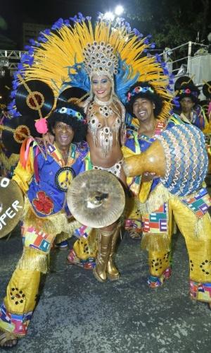 10.fev.2013- Rainha da Paraíso do Tuiutui, a ex-BBB Mayra Cardi desfila no Grupo A