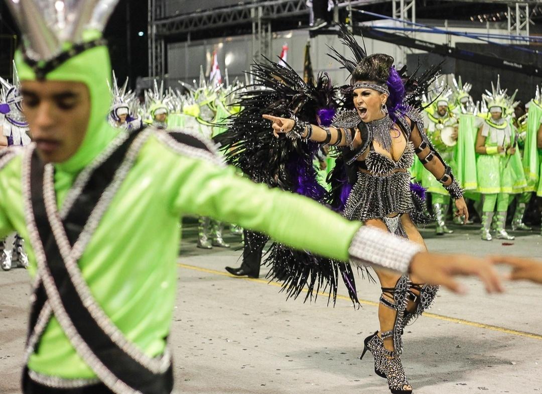 10.fev.2013 - A escola Mocidade Alegre no segundo dia dos desfiles no Sambódromo do Anhembi, em São Paulo