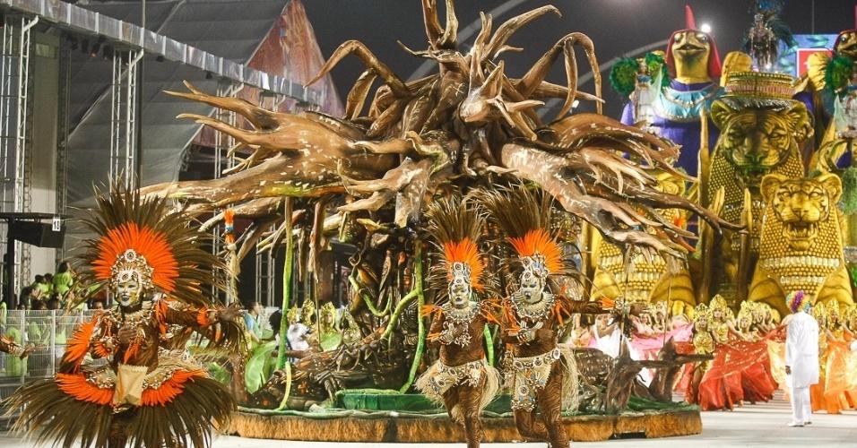 10.fev.2013 - A árvore da vida aparece como um dos elementos da comissão de frente da Império de Casa Verde. A agremiação fechou os desfiles do Carnaval de São Paulo.
