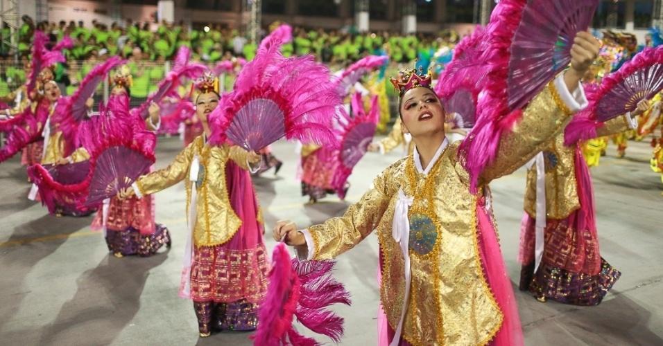 10.fev.2013 - Ala coreografada da  Unidos de Vila Maria que mostra os leques. A Unidos foi a quinta escola que passou pelo Sambódromo do Anhembi no segundo dia de desfiles em São Paulo.