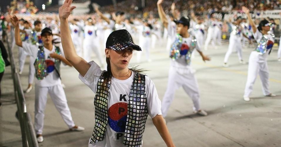 10.fev.2013 - Ala coreografada da  Unidos de Vila Maria que representa a moda da Coreia. A Unidos foi a quinta escola que passou pelo Sambódromo do Anhembi no segundo dia de desfiles em São Paulo.