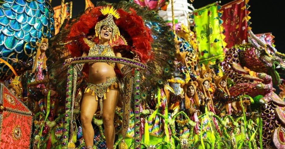10.fev.2013 - Carro abre-alas da Unidos da Vila Maria representa um dragão e mulher grávida é um dos destaques. A escola foi a quinta a passar pelo Sambódromo do Anhembi em São Paulo