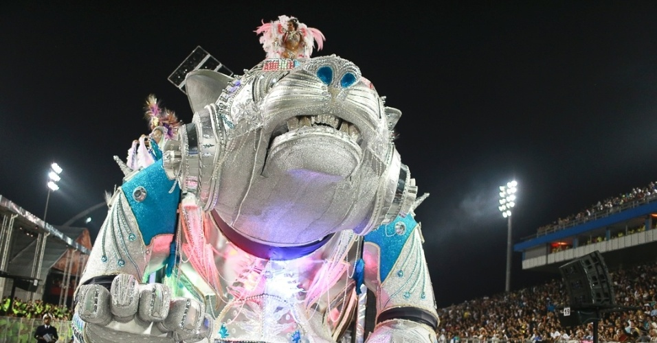 10.fev.2013 - Carro Os Tigres Asiáticos, passou pro problemas antes de entrar no Sambódromo do Anhembi, porém chegou ao fim do desfile sem ameaçar o desfile da Unidos de Vila Maria.