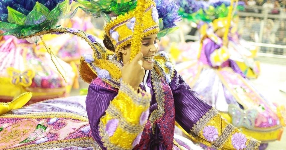 10.fev.2013 - Com saias rendondas, típicas da Ala das Baianas, passista canta e sorri com a Unidos de Vila Maria. A escola foi a quinta a passar pelo Sambódromo do Anhembi em São Paulo