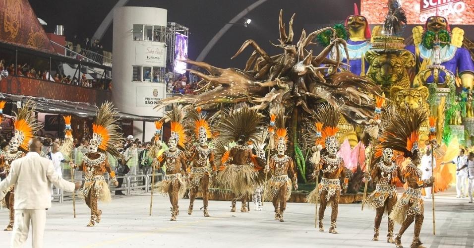 10.fev.2013 - Comissão de frente da Império de Casa Verde mostra os poderes curativos dos Xamãs.  A Império de Casa Verde fechou os desfiles do Carnaval de São Paulo.