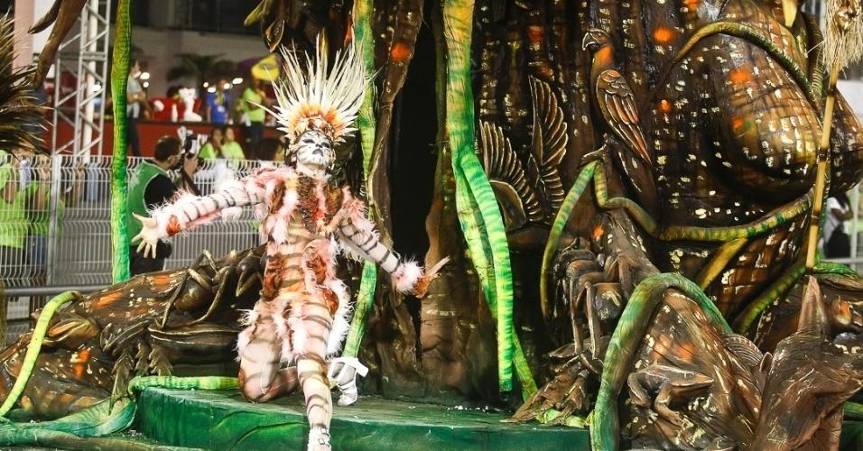 10.fev.2013 - Comissão de frente da Império de Casa Verde mostra os Xamãs como sábios que usam os elementos da natureza para curar. A escola foi a última a desfilar no Carnaval de São Paulo.
