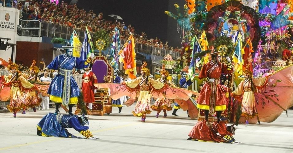 10.fev.2013 - Comissão de frente representa o renascimento da Coreia. A Unidos de Vila Maria foi a quinta escola a passar pelo Sambódromo do Anhembi em São Paulo.