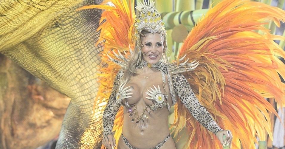10.fev.2013 - Destaque da Tom Maior, Angela Bismarchi samba no carro Mundo Jurássico