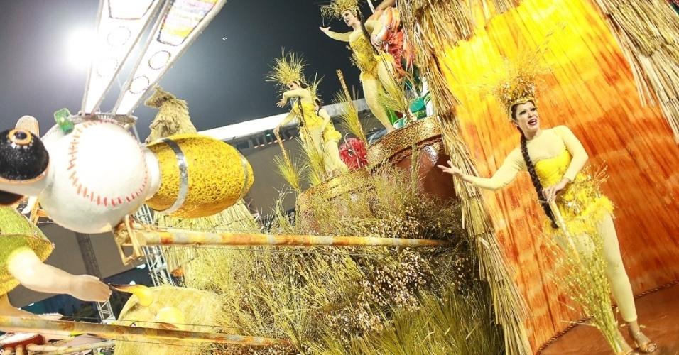 10.fev.2013 - Destaque do carro que representa os esportes coreanos. A Unidos foi a quinta escola que passou pelo Sambódromo do Anhembi no segundo dia de desfiles em São Paulo.