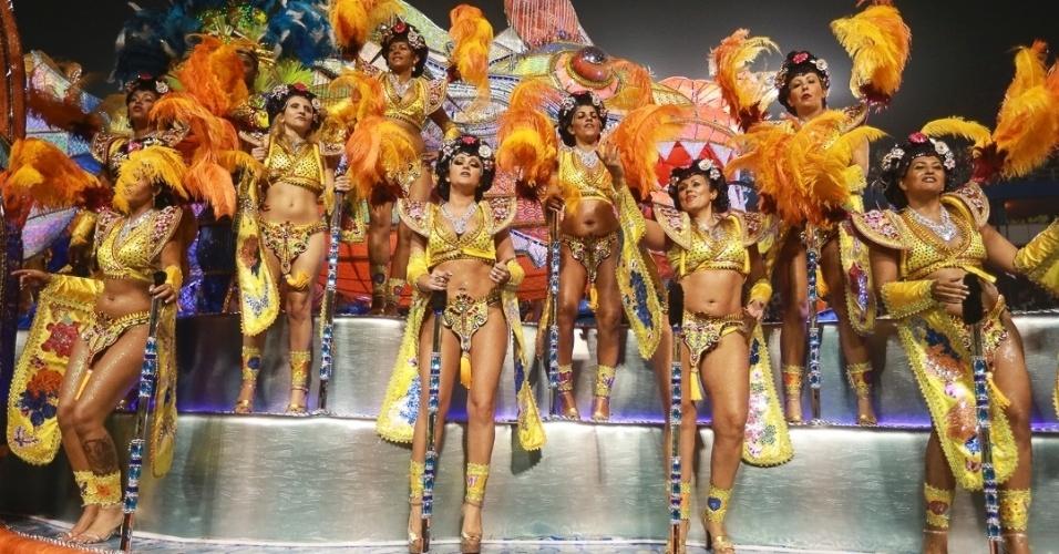 10.fev.2013 - Destaques da Unidos de Vila Maria cantam o samba-enredo, Agremiação foi a quinta a desfilar na segunda noite do Carnaval de São Paulo